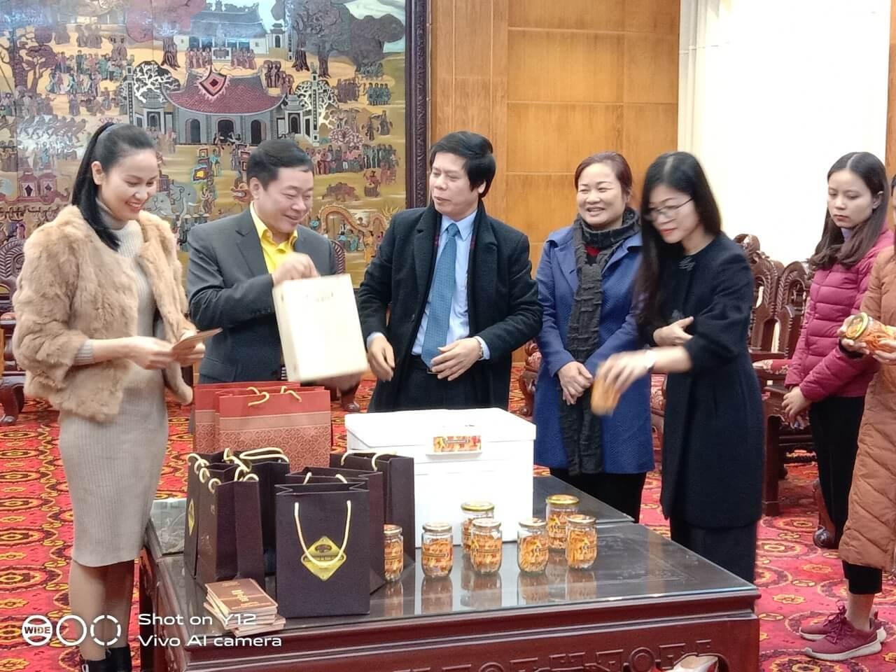 Ông Hà Văn Khánh,,CTHĐQT, Giám đốc Công ty TNHH Thảo Dược Tam Đảo trao  200 hộp Đông trùng Hạ thảo, trị giá 100 triệu đồng tới lãnh đạo tỉnh Vĩnh Phúc.